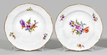 Pair of decorative plates with floral decoration