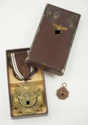 NSDAP: Service award, for 10 years, with miniature, in a case - M1 / 142.