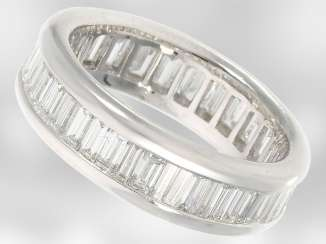 Ring: exquisite eternity ring with very high quality diamonds, for a total of. 3,2 ct, 18K white gold