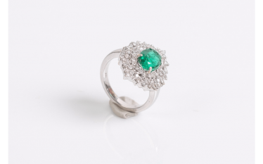Ring in white gold (750 thousandths) set with an emerald
