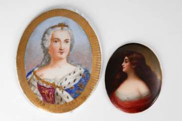 2 plaques with the portrait of a lady.