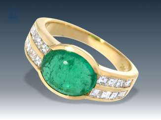 Ring: very nice and modern emerald/diamond gold forged ring, 18K