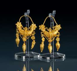 Pair of earrings in the Etruscan style
