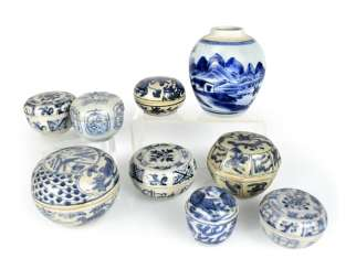 Five porcelain shoulder pots with blue-white decor, one mounted on wooden base