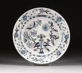 LARGE PLATE 'ONION PATTERN'