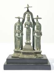 Stehemde Hindu deities in a group of three