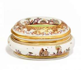 OVAL BOX WITH CHINOISERIEN. Meissen. To 1725.