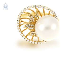 Ring: exceptional, elaborately crafted gold ring wrought with great, fine South sea cultured pearl and brilliant-cut diamonds, NP. 2400€, unworn