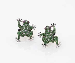 A pair of stud earrings in the shape of frogs