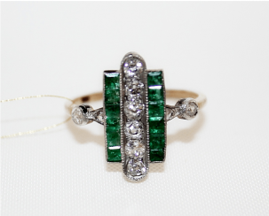 Ring with diamonds and emeralds