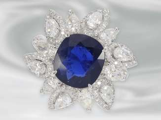 Ring: extremely high-quality vintage diamond/flowers ring with an extremely rare and very valuable, Burma sapphire, a total of 6.9 ct
