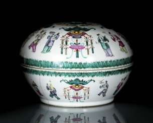 Lid box made of porcelain with dragon and bat decoration in the colours of the 'Famille rose'