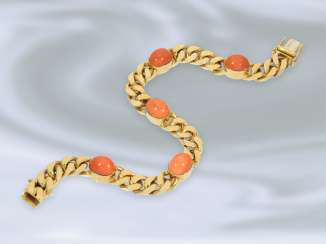 Bracelet: Golden, massive and decoratively crafted curb bracelet, set with coral, 18K Gold