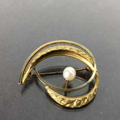 Elegant brooch: Textured surface, engulfed in working, yellow gold 333 pearl, Pforzheim, very good.