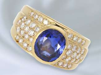 Ring: exclusive, very massive, and formerly expensive gold ring forged with high quality sapphire/diamond trimming, approx. 4,35 ct., gold-wrought work of the court jeweller and Roesner