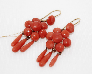 Earrings with corals