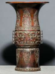 Vase made of Bronze with archaisierendem decoration of Taotie masks