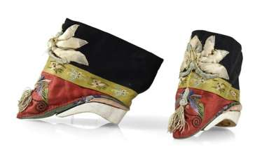 Pair of women's shoes with silk embroidery