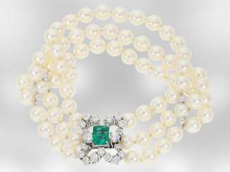 Bracelet: luxury 3-row Akoya cultured pearl bracelet with emerald and brilliant-cut diamonds, total approx 3.7 ct 18K yellow Gold, the court jeweller Roesner