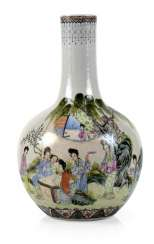 Bottle vase with figural 'Famille rose'-Dekor
