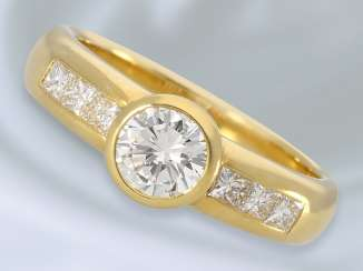 Ring: a valuable gold ring forged with high quality diamond/diamond trimming, together approx 1,15 ct, hand work