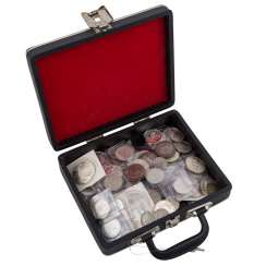 Small coin case with, among other things, 25 x 10, and 4 x 500 shillings,