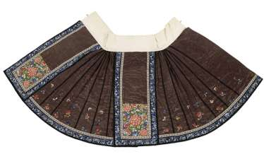 Lined skirt in silk with fine floral embroidery