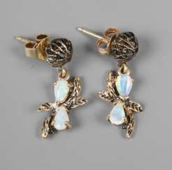 Pair of earrings with precious opals