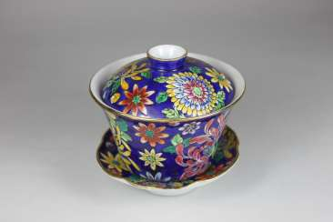 Kumme, with lid and under plate, blue glazed and with polychrome plant decoration