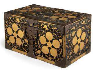 Cover chest with black lacquer, rear and coat-of-arms in gold lacquer, metal fittings made of copper