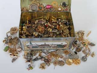 Mixed lot of fashion jewellery-brooches (around 200 PCs) 2. Half of the 20. Century
