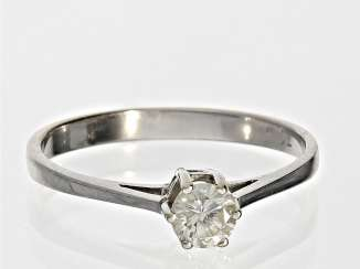 Ring: white Golden vintage solitaire diamond ring, 0.31 ct