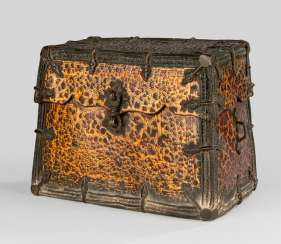 Container made of leather embellished with a fine collection and dam