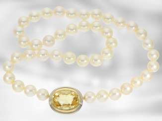Necklace/Collier: very nice cultured pearl necklace with a large, untreated yellow sapphire in a handmade nittel clasp, approx. 26ct, 18K Gold