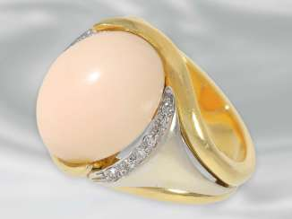 Ring: attractive vintage angel skin coral Ring with diamonds, a massive hand made of 18K Gold