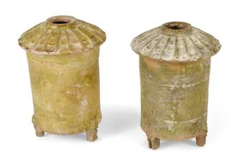 Two grünich glazed grain storage of crockery