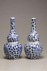 A pair of Qing Dynasty blue and white porcelain gourd vase