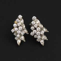 Stud earring pair with brilliant