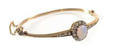 Opal and diamond bangle bracelet, 14Kt Gg,