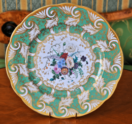 Plate with the image of flowers