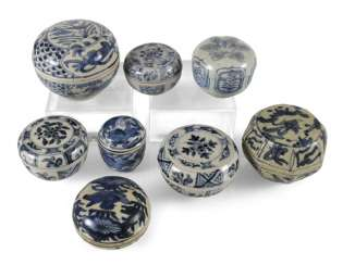 Eight lid cans made of porcelain with a blue-and-white decor