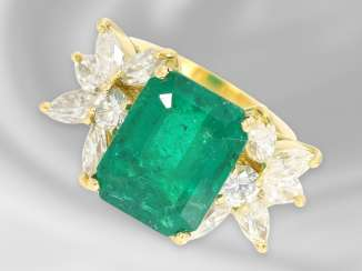 Ring: a large vintage emerald/diamond gold forged ring, approx. 7,32 ct, including certificate of 2007