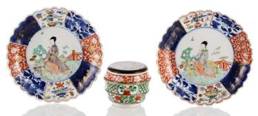 Pair of Imari dish and lidded box with a 'Wucai'glaze