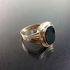 A classic mens Ring: yellow gold 333 with Onyx, circa 1920, very good.