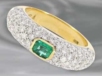 Ring: unusual, very decorative and of high quality, unworn ladies ring with emerald as well as rich brilliant stocking, handmade, 18K Gold