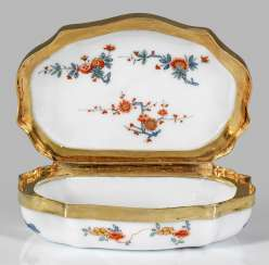 Anatomical snuffbox with kakiemon decor