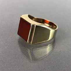 A timeless men's ring with carnelian. Yellow gold 333.