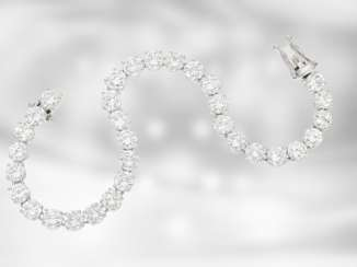 Bracelet: white gold, exquisite, and formerly very expensive tennis bracelet set with the finest brilliant-cut diamonds of total approx. 13,15, ct, Taxat more than 134,000 DM