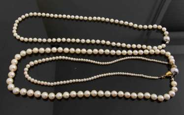THREE STRINGS OF PEARLS WITH SILVER CLASP.