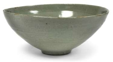 Round bowl with celadon glaze and gepressetem, floral decor